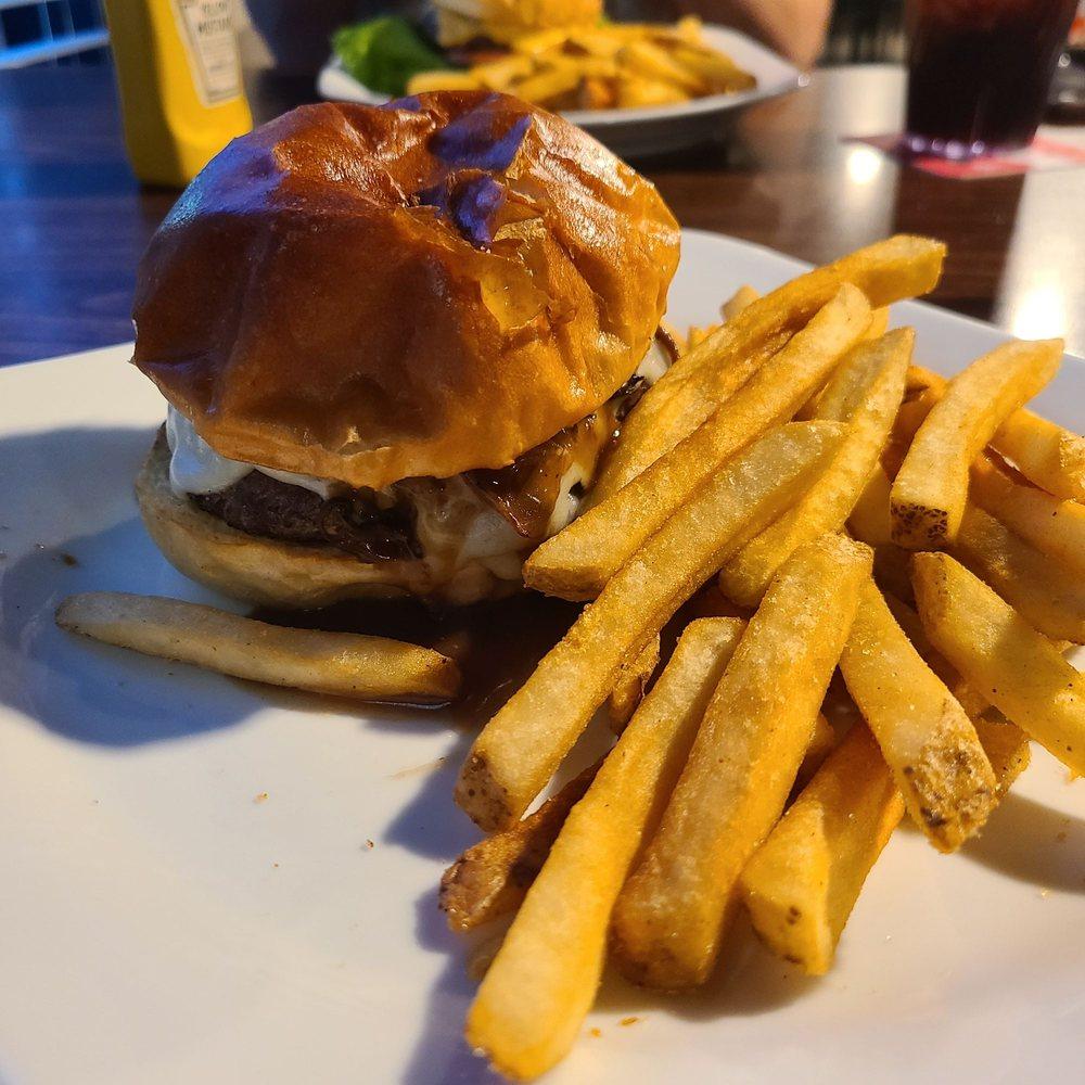 Savannah's Restaurant and Bar: 6770 Mall Dr, Cedar Hill, MO
