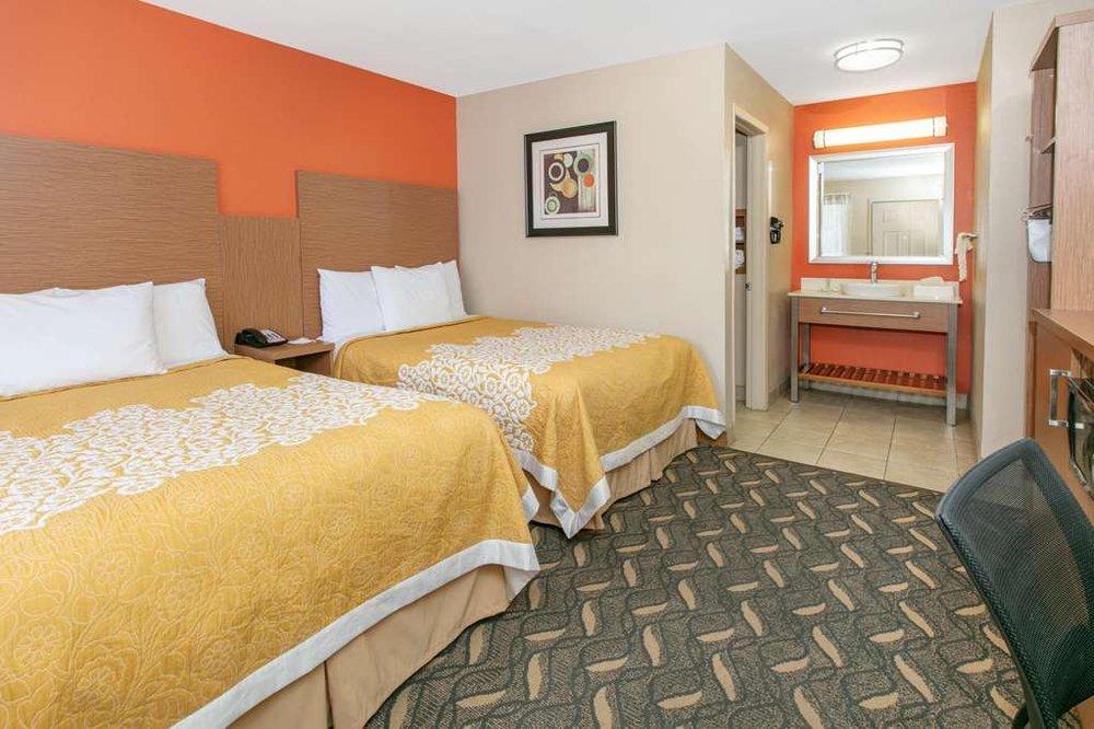 Days Inn & Suites by Wyndham Arlington Near Six Flags: 2626 East Randol Mill Rd, Arlington, TX
