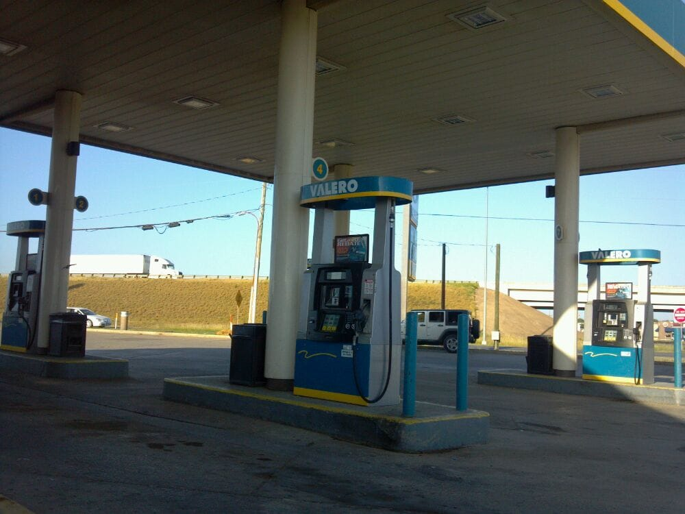 Valero: Commerce St & Hwy 85, Dilley, TX