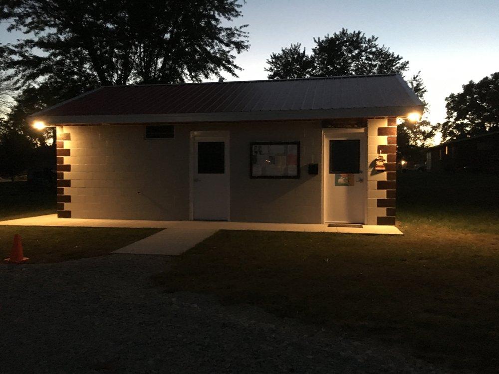 A Country Charm RV Park: 910 N Davis St, Hamilton, MO
