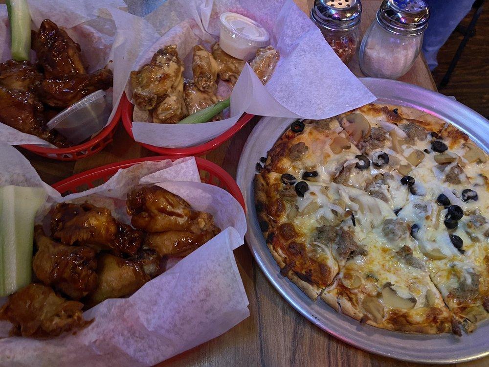Hollywood's Roadhouse Bar & Grill: W332N6629 Cty C, Nashotah, WI