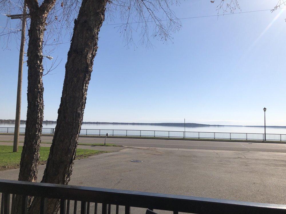 Shoreline Restaurant: 505 Lake Ave N, Battle Lake, MN