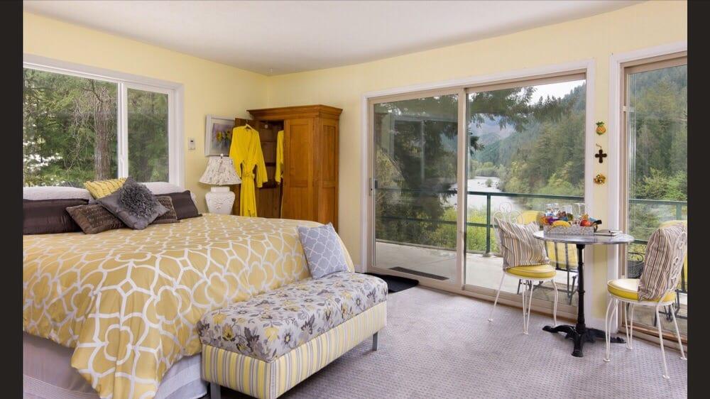 McKenzie River Round House: 49885 McKenzie Hwy 126, Vida, OR