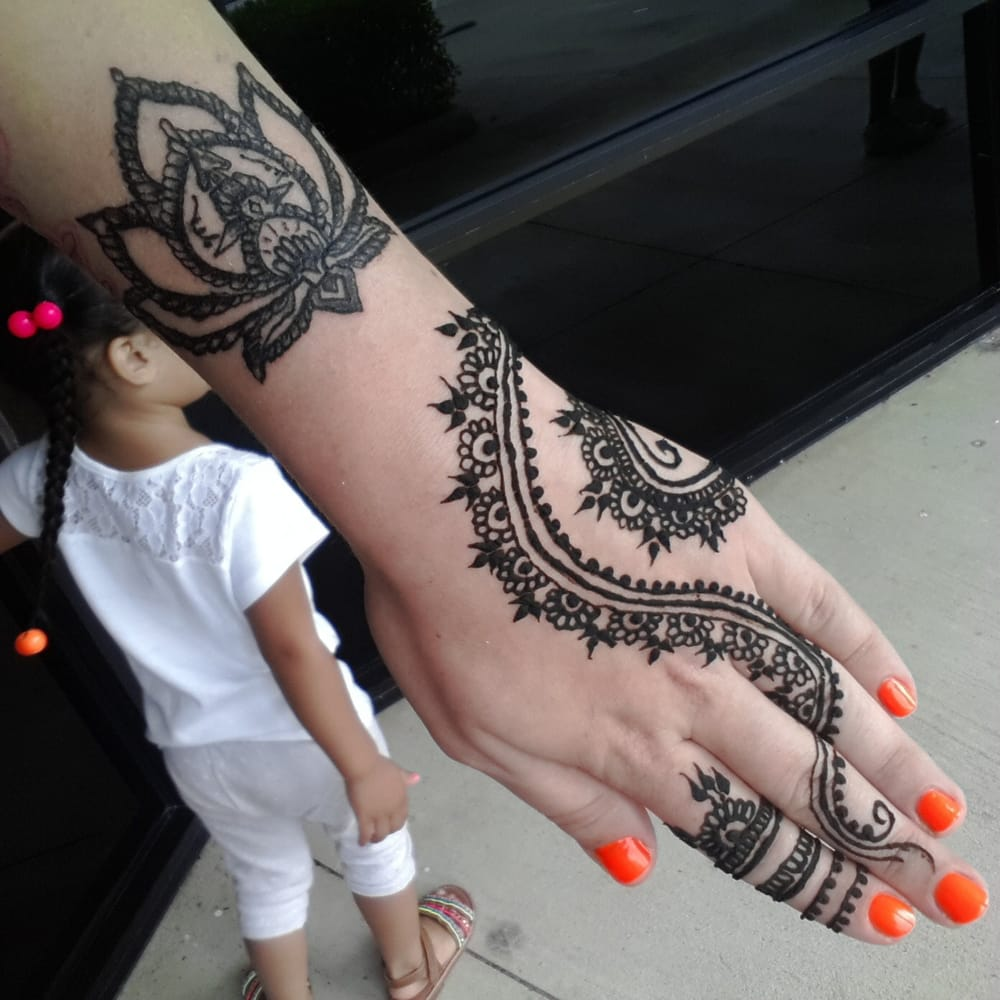 Henna Flower Tattoo Designs Wrist: The Henna Design On My Hand Matches The Tattoo Lotus