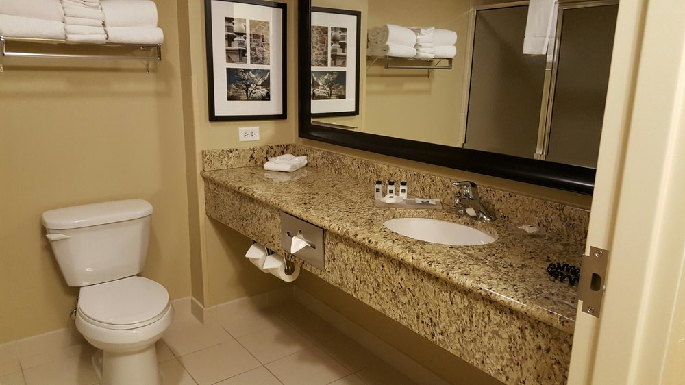 Country Inn & Suites: 1120 Gateway Pl, Dover, OH