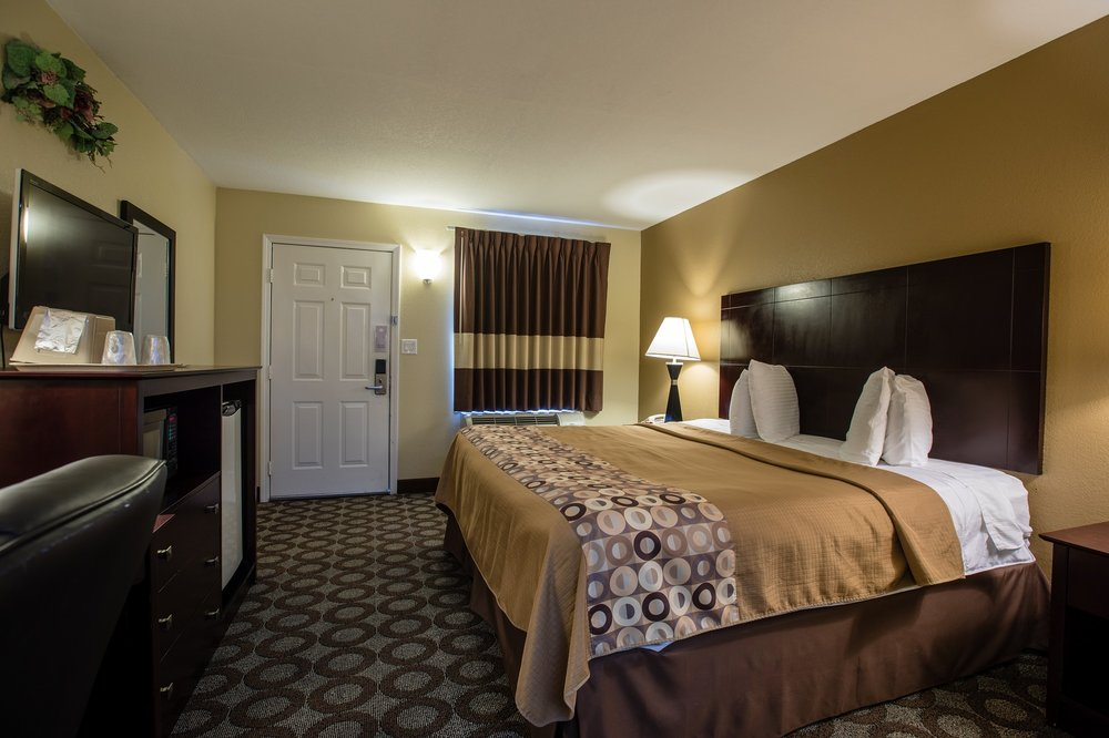 Relax Inn & Suites: 224 New Circle Dr, Kuttawa, KY