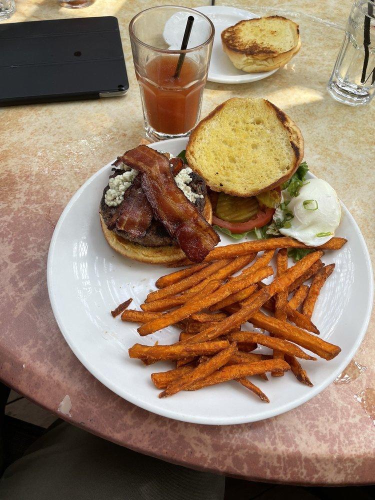 Treehouse Restaurant and Pub: 7 Kings Cir NE, Atlanta, GA