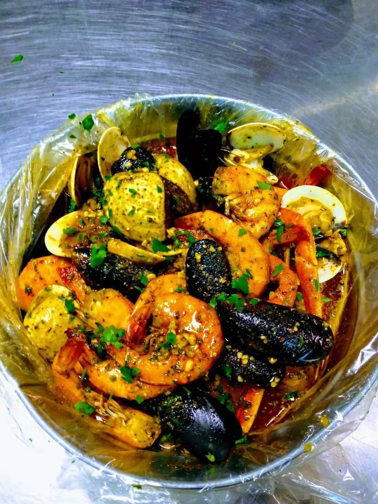 Reign Shakin' Seafood and Bar: 331 Civic Ave, Salisbury, MD