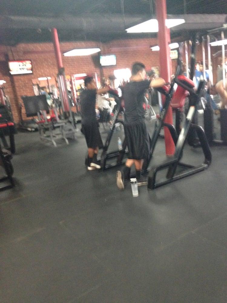 World gym 19 photos 101 reviews gyms 1001 e for Gimnasio 19
