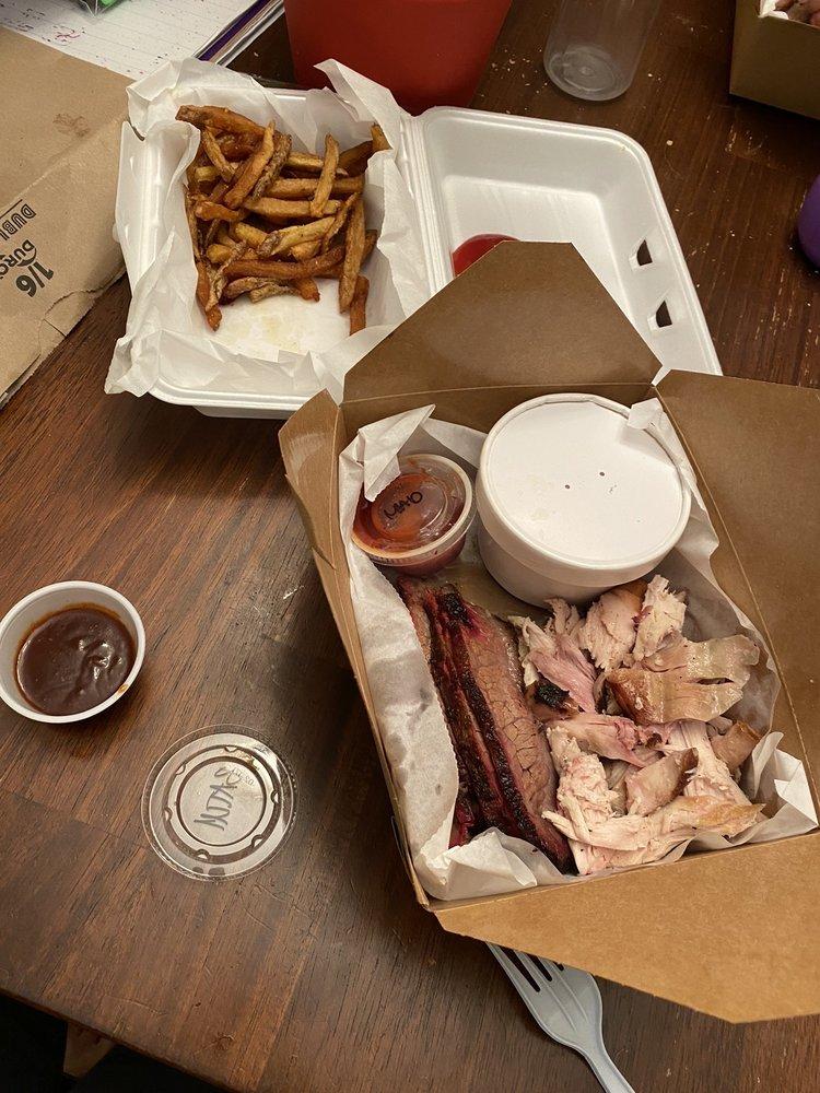 Batch Country Kitchen & Que: 6253 N Oak Trfy, Gladstone, MO