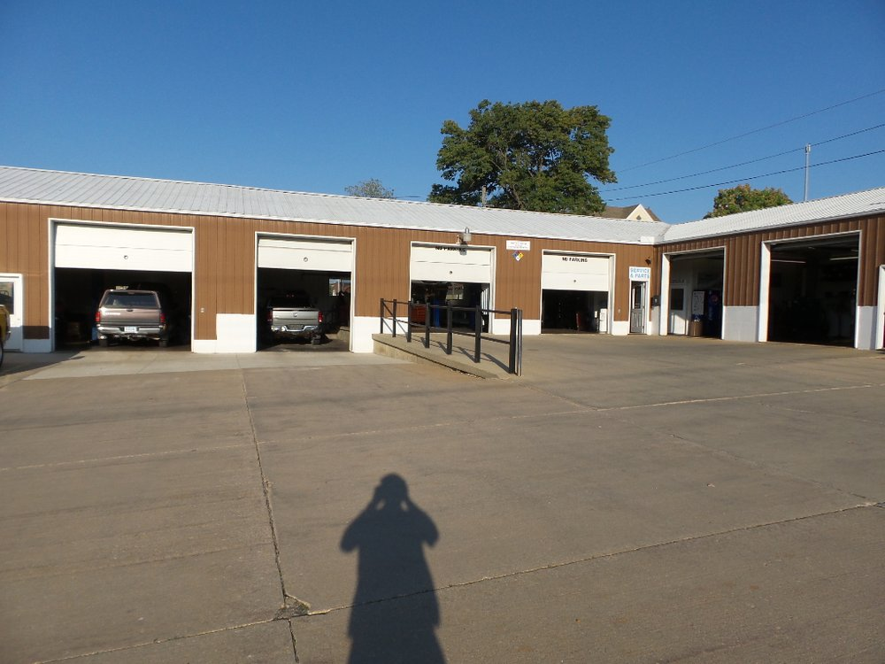 Wayne Hall Chrysler-Jeep Dodge: 507 E Main St, Anamosa, IA