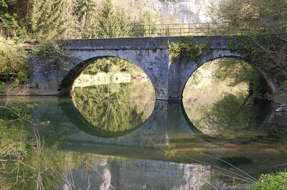 petit pont de pierre dans la vall e du dessoubre qui m ne. Black Bedroom Furniture Sets. Home Design Ideas