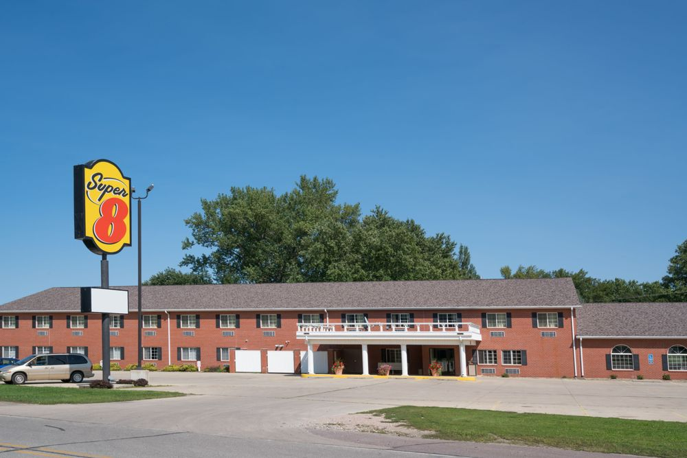 Super 8 by Wyndham Sheldon: 210 North 2nd Ave, Sheldon, IA