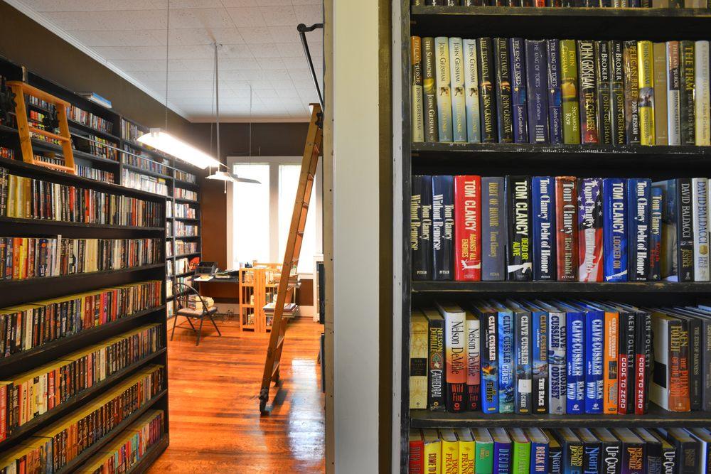 Oz Rare & Used Books: 441 East Chester, Jackson, TN