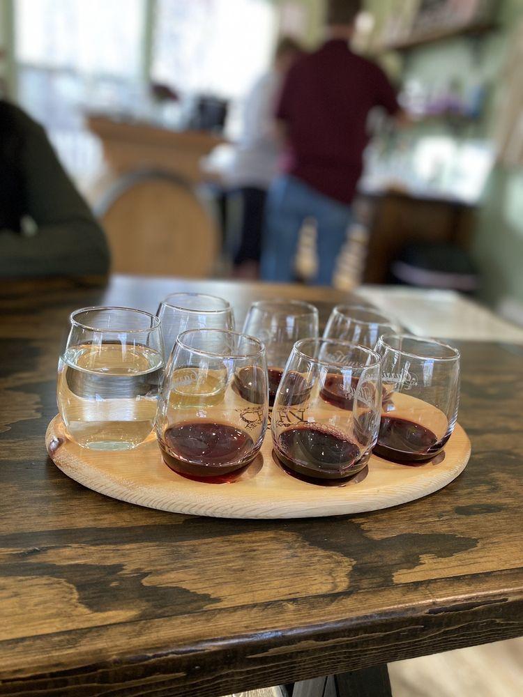 Carriage House Vineyards: 259 Longview Ln, Auburn, KY