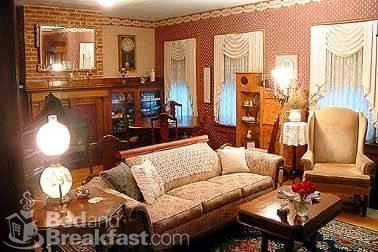 Houstonia Bed & Breakfast: 25 E Mound St, South Charleston, OH