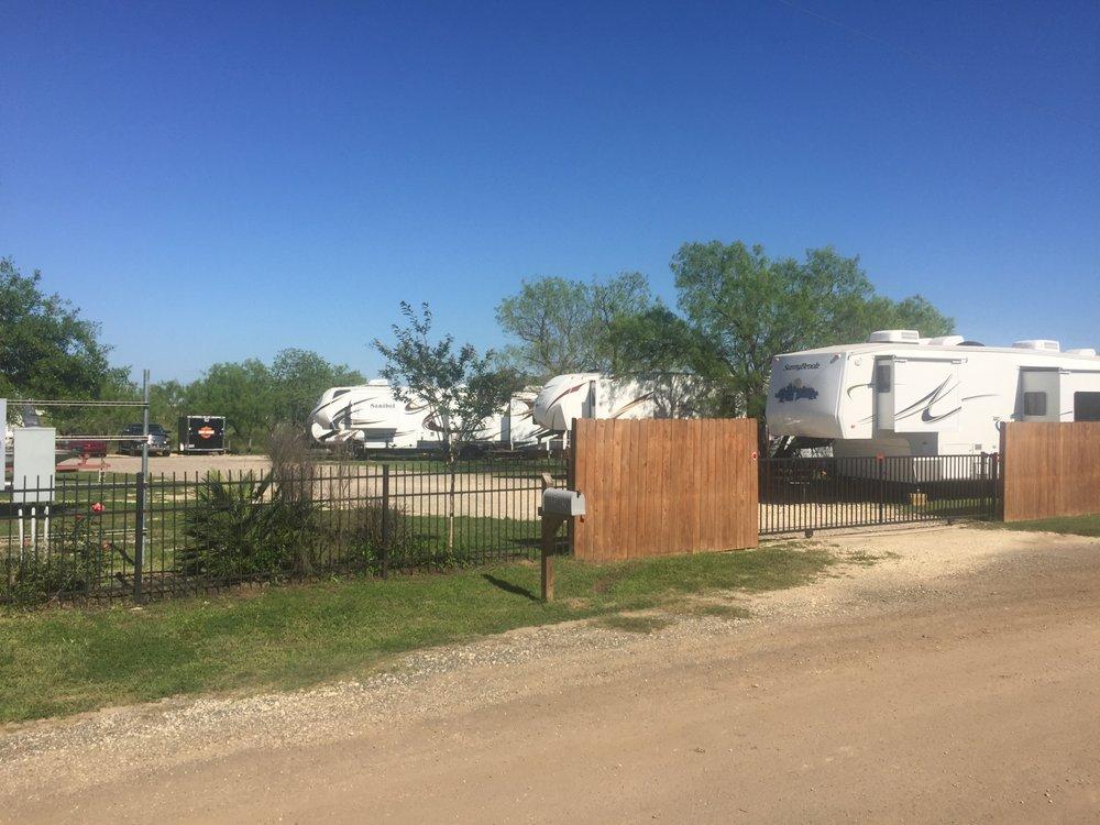 R&M RV Park: 1302 Magnolia St, Jourdanton, TX
