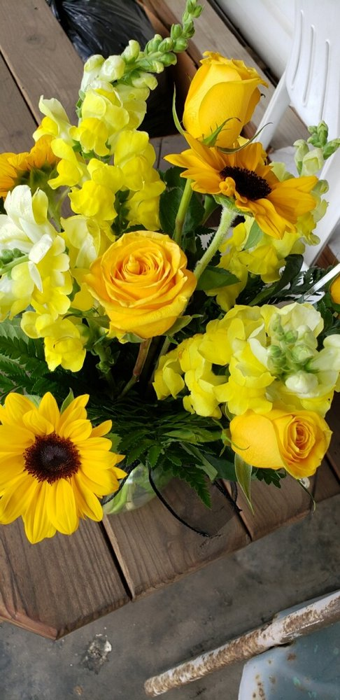 Carriage House Florist: 730 E Tiffin St, Willard, OH