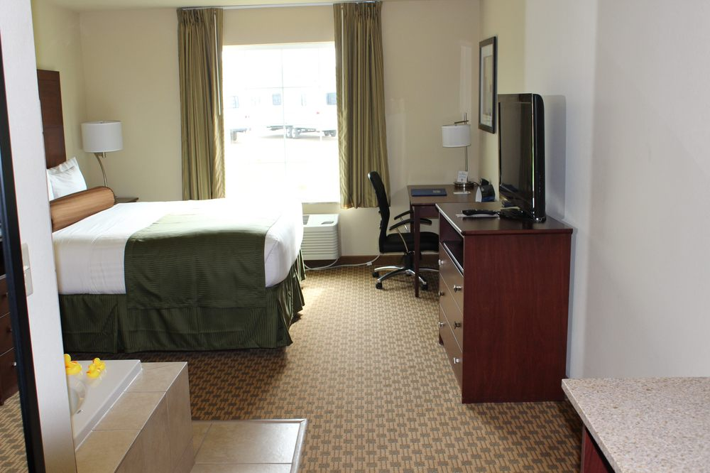 Cobblestone Inn & Suites - Rugby: 402 Hwy 2 E, Rugby, ND