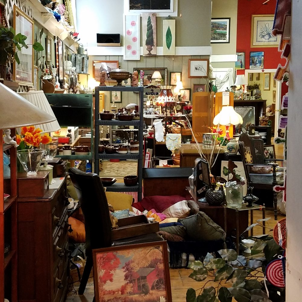Sisters Antiques & Collectibles: 123 E National Ave, Brazil, IN