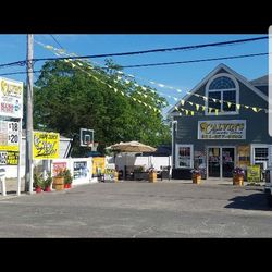 Calvin's Smokes & House Of Glass - 150 Poospatuck Ln, Mastic