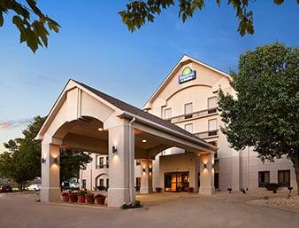 Days Inn & Suites by Wyndham Cedar Rapids: 2215 Blairs Ferry Road NE, Cedar Rapids, IA