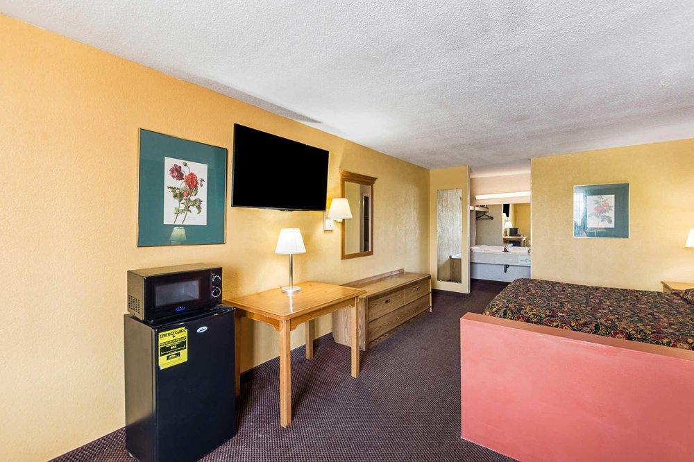 Rodeway Inn & Suites: 1415 John C Calhoun Dr, Orangeburg, SC