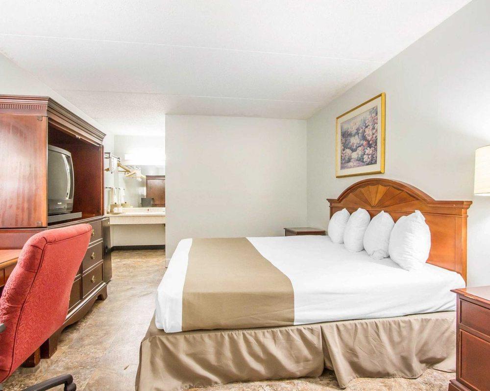 Rodeway Inn & Suites Fort Rucker: 444 N Daleville Ave, Daleville, AL