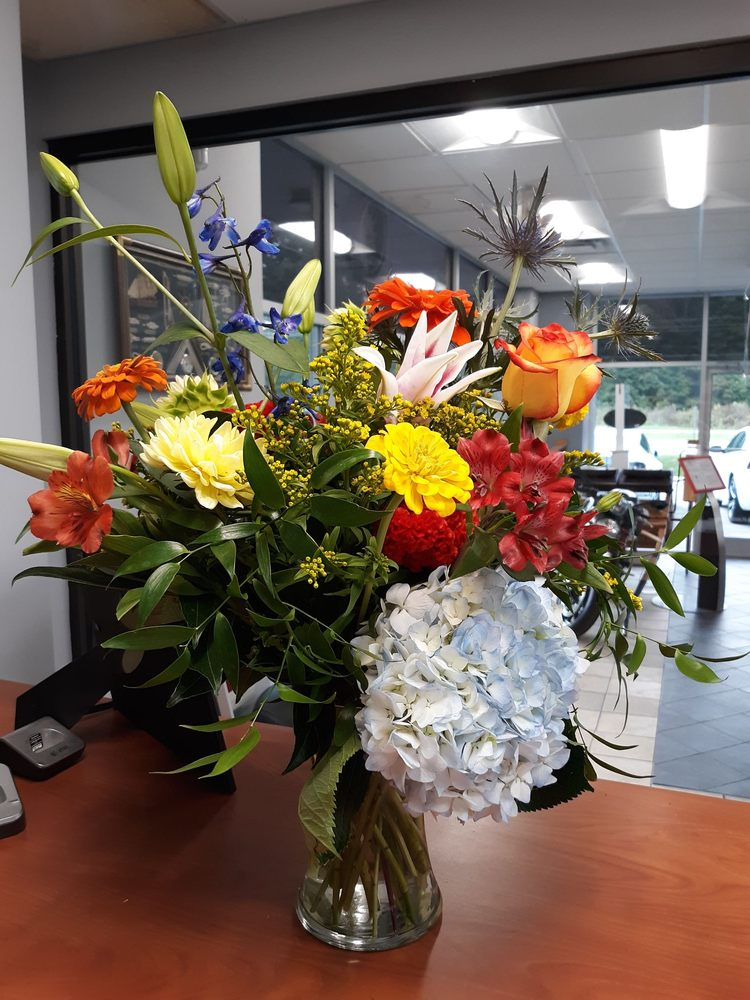 Flowers On Broad Street: 517 Broad St, Fuquay Varina, NC