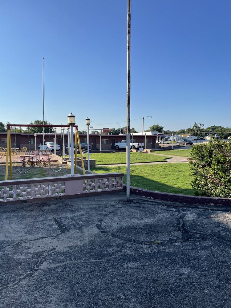 Western Skies Motel: 800 W 2nd, Clarendon, TX
