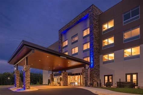 Holiday Inn Express & Suites Farmville: 404 Sunchase Blvd, Farmville, VA