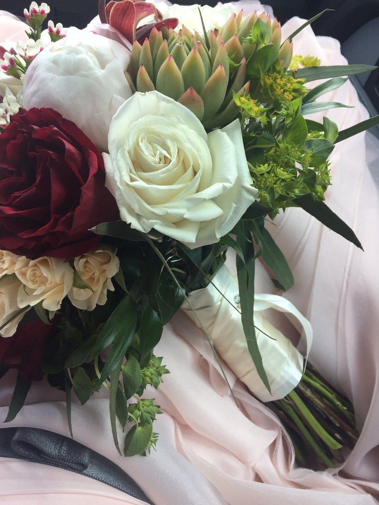 Mustang Flowers and Gifts: 208 East Highway 152, Mustang, OK
