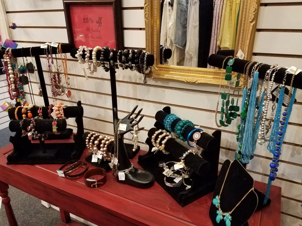 Siro's Chic Boutique: 125 S Pearl St, Thorntown, IN