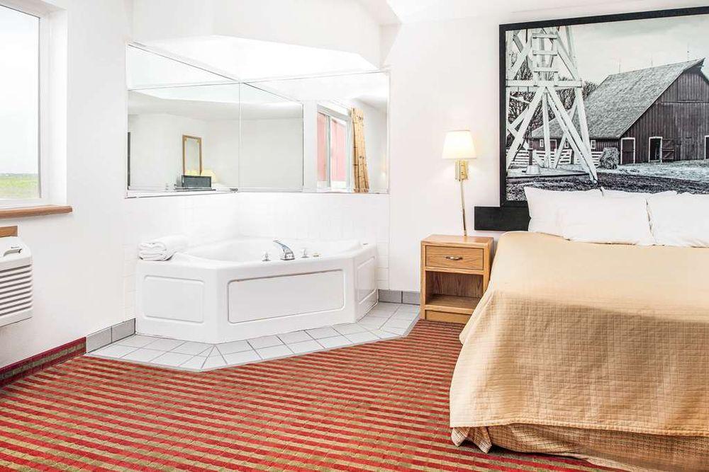 Super 8 Motel: 2103 249th St, Percival, IA