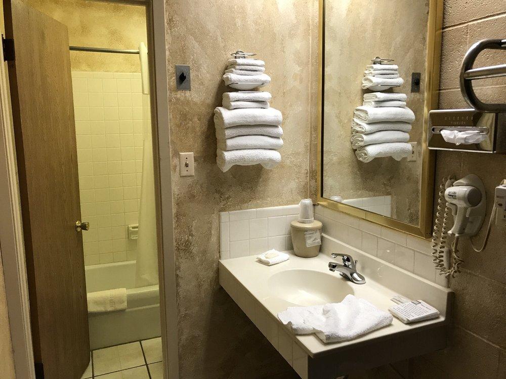 Indian Hills Inn: 100 Hwy 34 E, Albia, IA