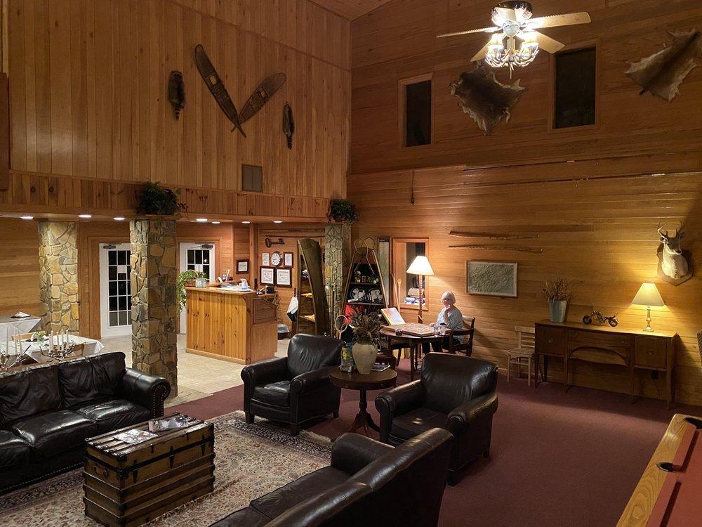 Blue Waters Mountain Lodge: 292 Pine Ridge Rd, Robbinsville, NC