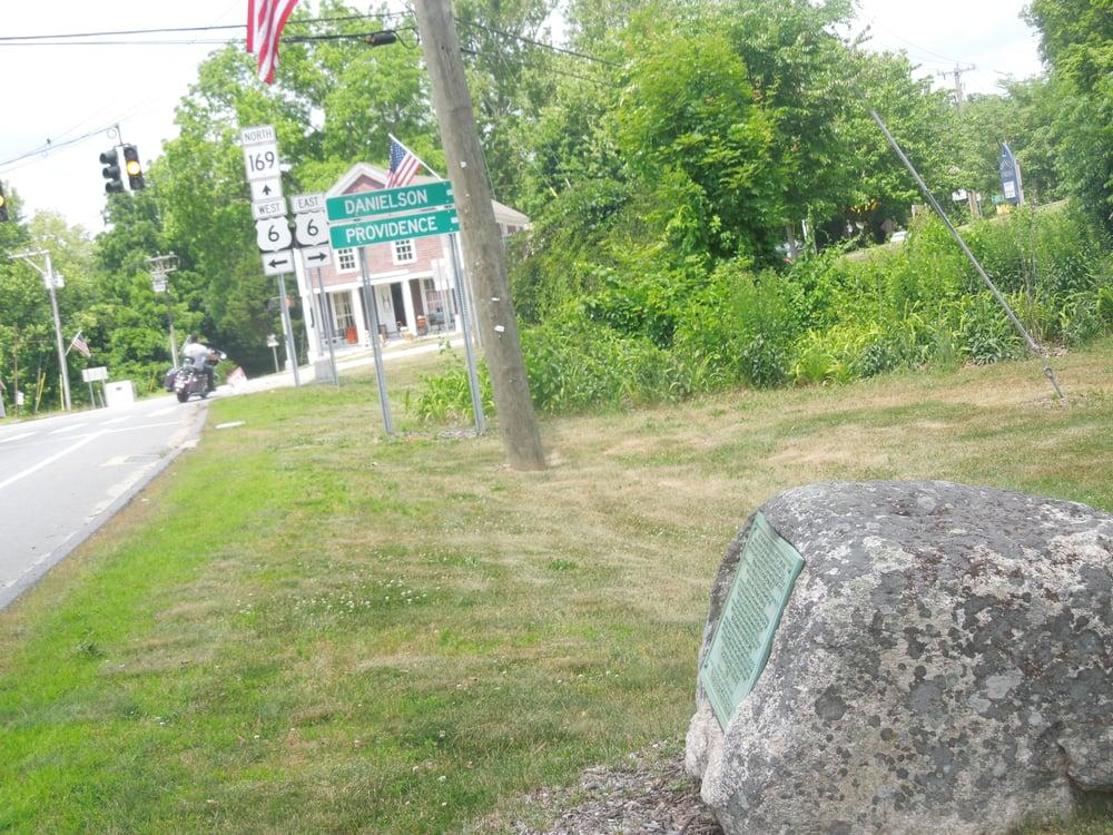 Israel Putnam Marker: Brooklyn Town Green, Brooklyn, CT