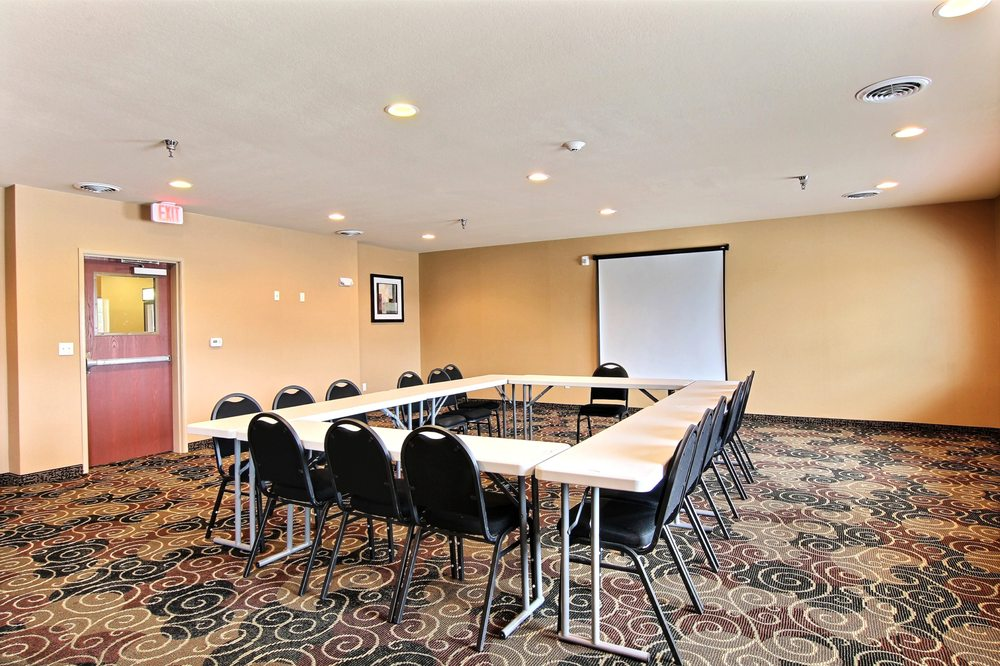 Cobblestone Hotel & Suites - Crookston: 2304 Sahlstrom Dr, Crookston, MN