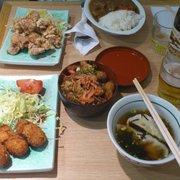 Aki - Paris, France. Comme au Japon, une multitude de petits mets sur la table !