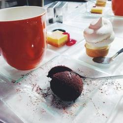 Any'teas - Bordeaux, France. Thé & Assortiment de gourmandises : fondant au chocolat, tarte au citron meringuée, cheese cake.
