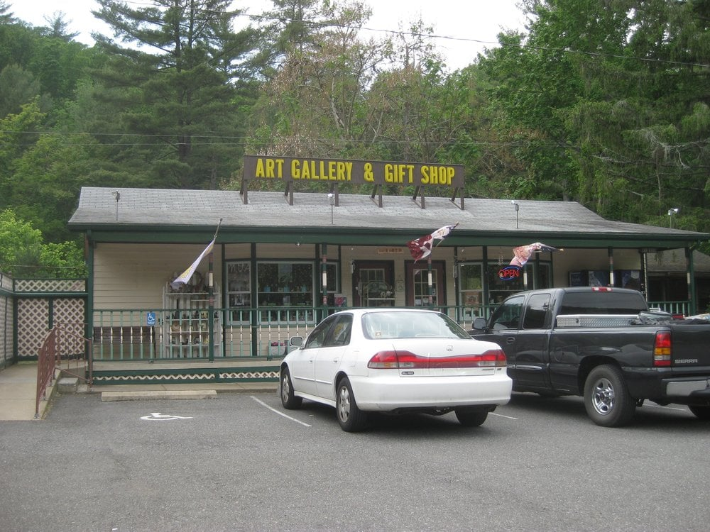 Brookside Gallery & Gift Shop: 2978 US Hwy 211 E, Luray, VA