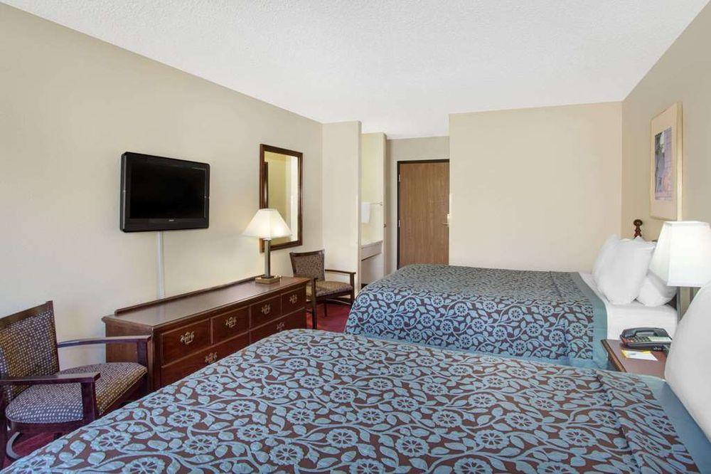 Days Inn by Wyndham Jackson: 972 E Main St, Jackson, OH