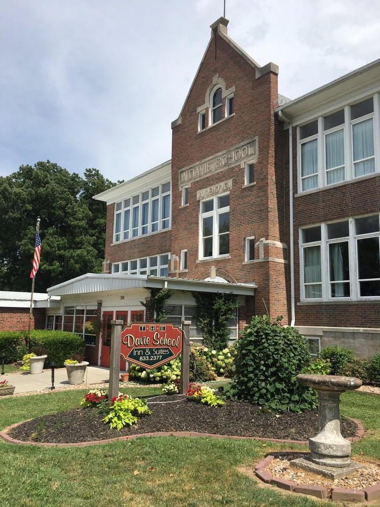 Davie School Inn: 300 Freeman St, Anna, IL
