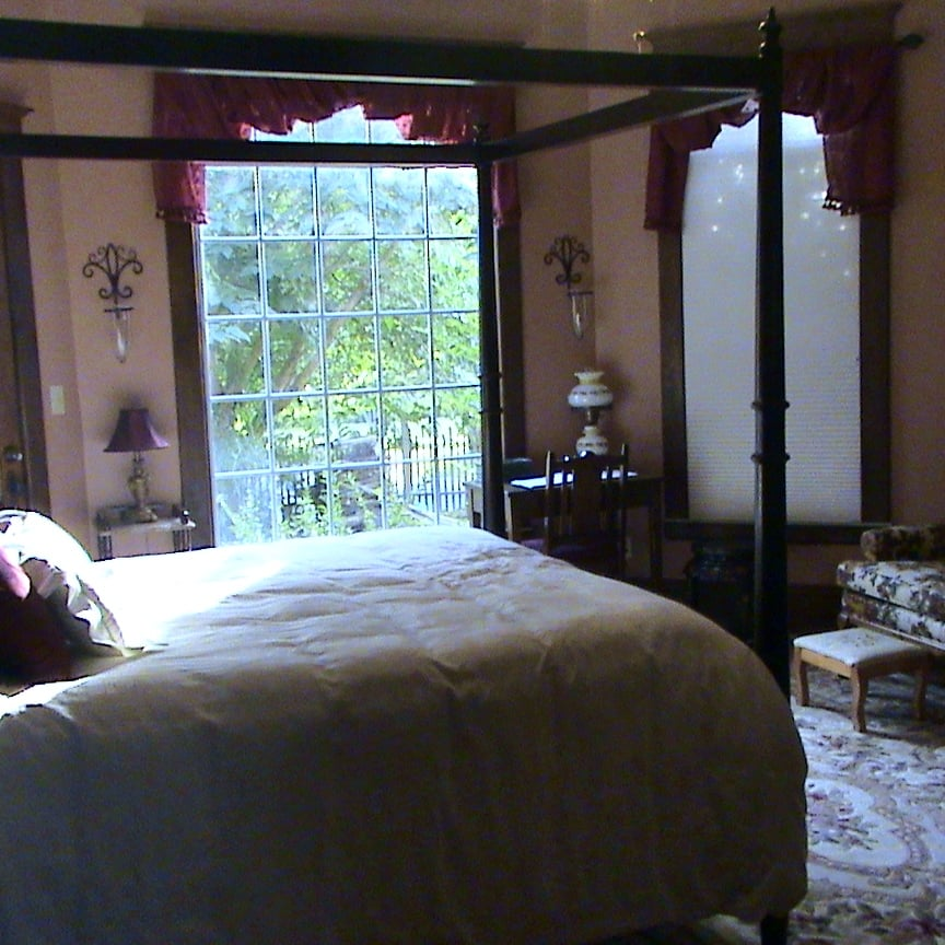 The Old Coe House Bed & Breakfast: 433 N Main St, Burkesville, KY