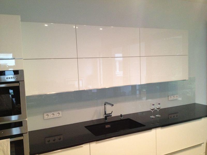 Nero Assoluto Granit glasrückwand küche spritzschutz aus glas kombiniert mit granit