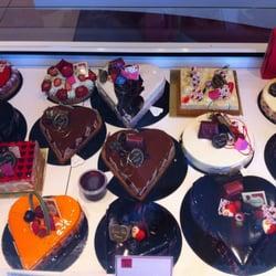 Photo de Pépin Patissier Chocolatier , Lyon, France. De jolis gâteaux en  cœur avec