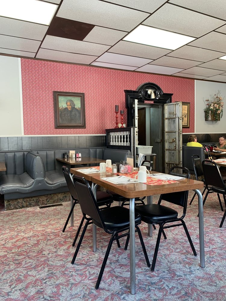 Brick's Restaurant: 301 S Summit St, Arkansas City, KS