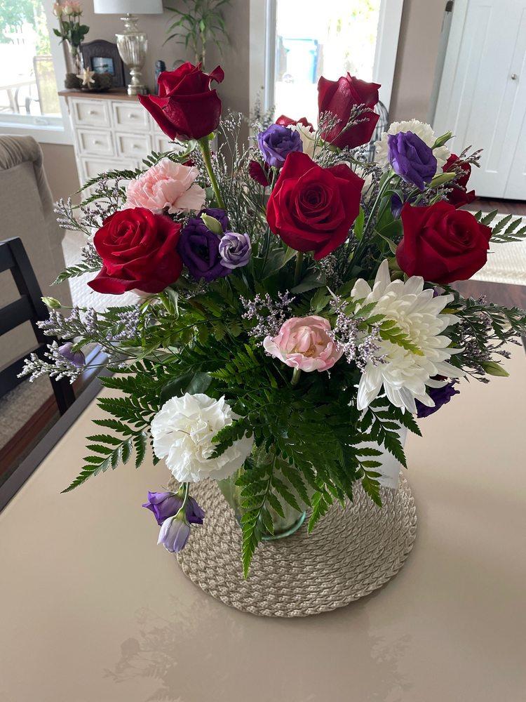 Tuthill's Floral Peddler, Inc.: 7574 Lake Shore Blvd, Mentor, OH