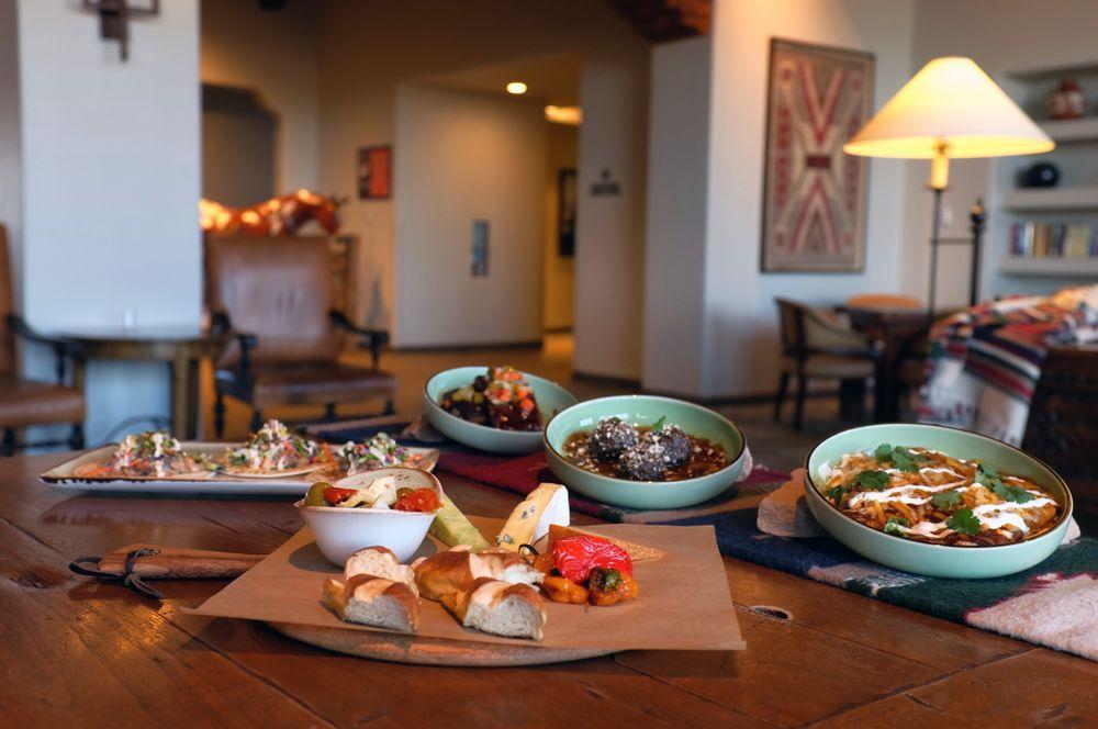 Rio Grande Lounge: 1300 Tuyuna Trl, Bernalillo, NM