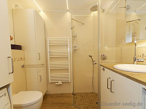 Badezimmer mit ebenerdiger Dusche. Barrirefreies Badezimmer ...